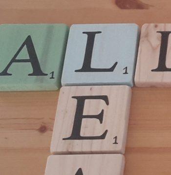 Lettres Scrabble en bois coloré typo noir
