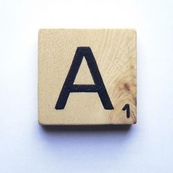Lettres scrabble Classic en pin clair naturel.