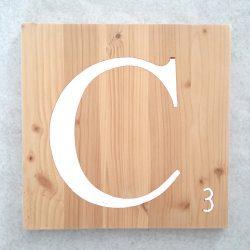 Lettres Scrabble en bois naturel typo blanc